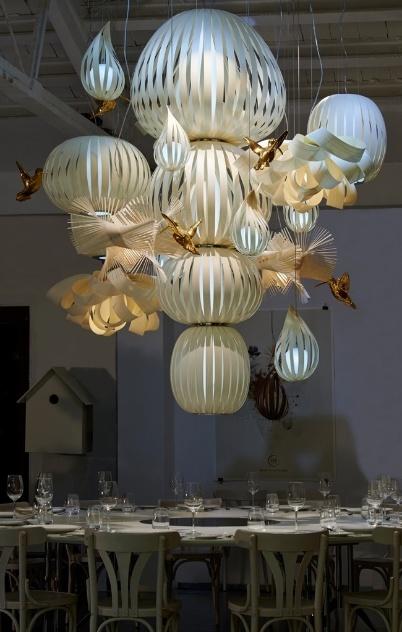 Da coleção High Fidelity, a luminária Candelabro é estruturada por lâminas de madeira. O produto da LZF é feito à mão