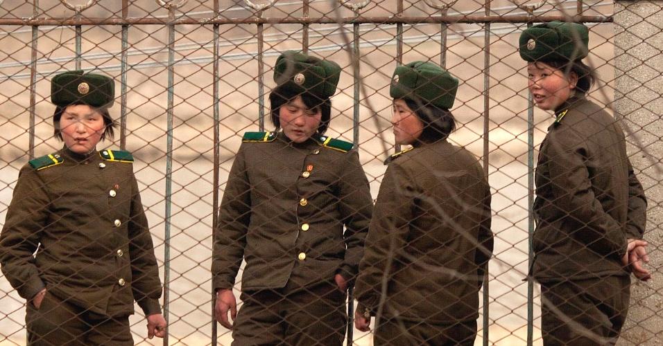 Elas são tímidas e só posam de longe, mas as recrutas norte-coreanas sempre podem ser vistas na fronteira do país comunista
