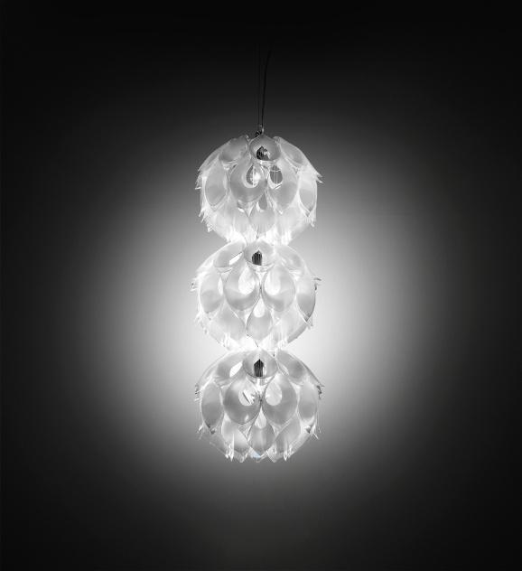 Em três dimensões e com estruturas componíveis, a luminária Flora foi desenhada pelo brasileiro Zanini de Zanine para a Slamp. A peça é fabricada com 60 pétalas do tecnopolímeto Lentiflex, patenteado pela marca