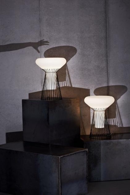 Luminária de mesa Metafísica, da Diesel para a Foscarini, é feita de metal e vidro soprado e leva lâmpada halógena