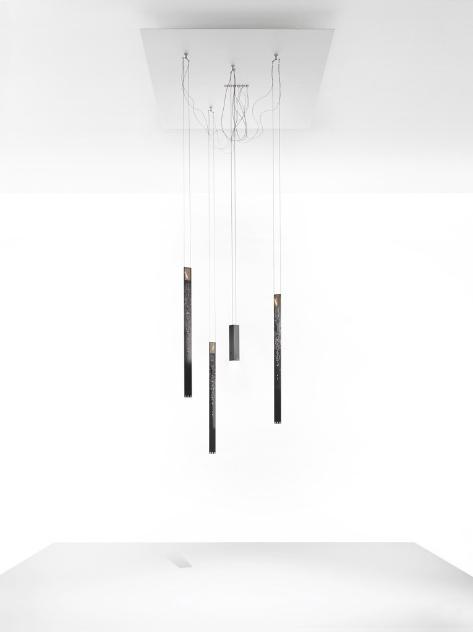 Luminárias Flying Flames (2013) são crições de Ingo Maurer e Moritz Waldemeyer. Com LEDs, as velas eletrônicas são sustensas por uma base de aço e parecem flutuar