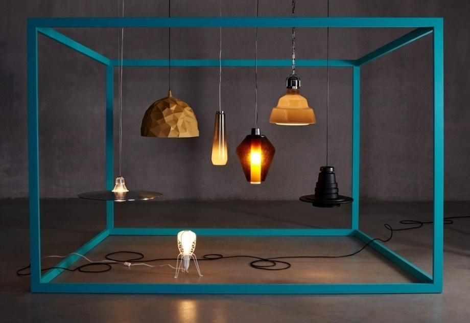 """Na composição, duas luminárias criadas pela Diesel para a Foscarini: o pendente Glassdrop (ao centro) e a versão """"fininha"""" da Crash - Bell (à esq.)"""