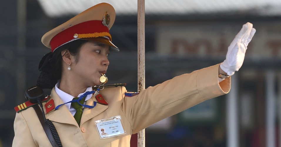 Policia para o trânsito em Hanói, no Vietnã