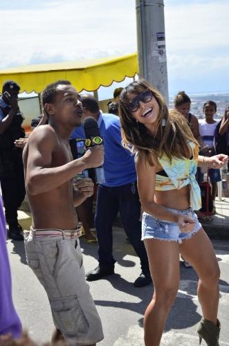 """12.abr.2013 - Sabrina Sato grava entrevistas para o programa """"Pânico na Band"""", na manhã desta sexta-feira, 12, no Complexo do Alemão, no Rio"""