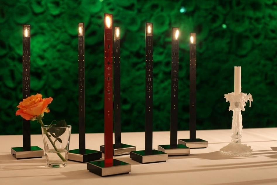 """Versão para mesa das velas tecnológicas criadas por Ingo Maurer e Moritz Waldemeyer. Com LEDs, as luminárias My New Flame (2012) possuem """"chamas"""" que se mexem"""