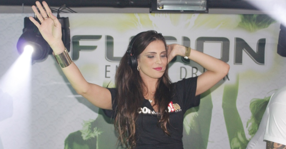 12.abr.2013 - A ex-BBB Kamilla comanda as picapes em um lounge do festival Ax&#233; Brasil 2013 no Mineir&#227;o, em Belo Horizonte