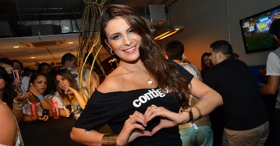 12.abr.2013 - A ex-BBB Kamilla posa para fotos no festival Axé Brasil 2013 no Mineirão, em Belo Horizonte