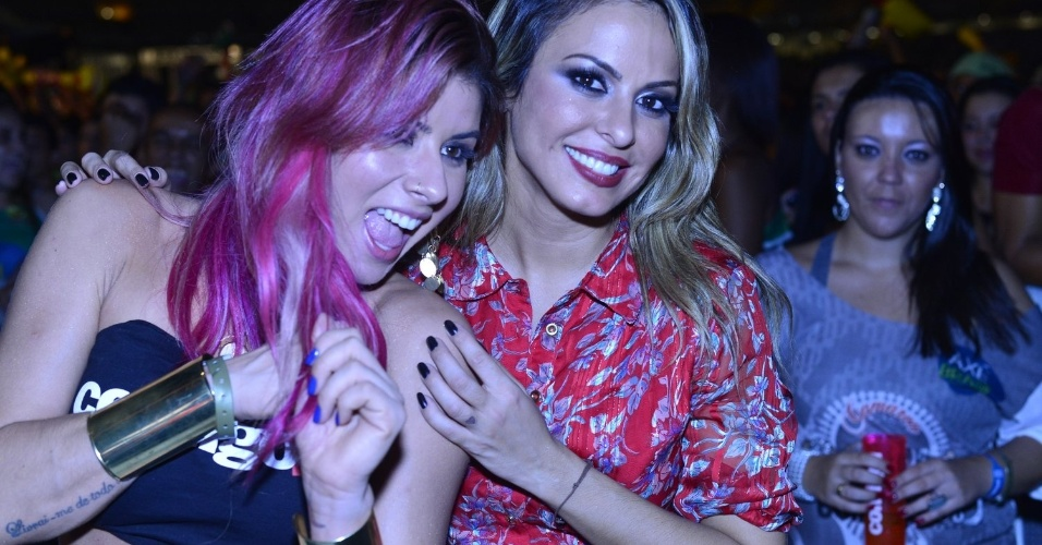 12.abr.2013 -  A panicat Thais Bianca curte o festival Axé Brasil 2013 no Mineirão ao lado da cantora Alinne Rosa
