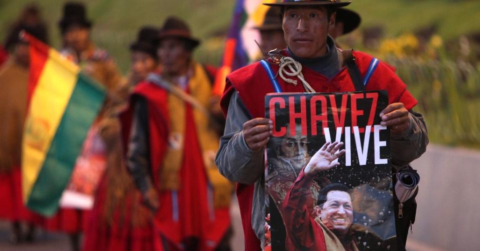 12.abr.2013 - Indígena boliviano leva cartaz com imagem de Hugo Chávez durante marcha de camponeses e sindicalistas seguidores do presidente boliviano Evo Morales, em La Paz. A passeata foi finalizada na Plaza Mayor de San Francisco, no centro de uma das capitais bolivianas, e mostrava apoio a Nicolás Maduro. Neste domingo a Venezuela escolhe o sucessor de Chávez na presidência