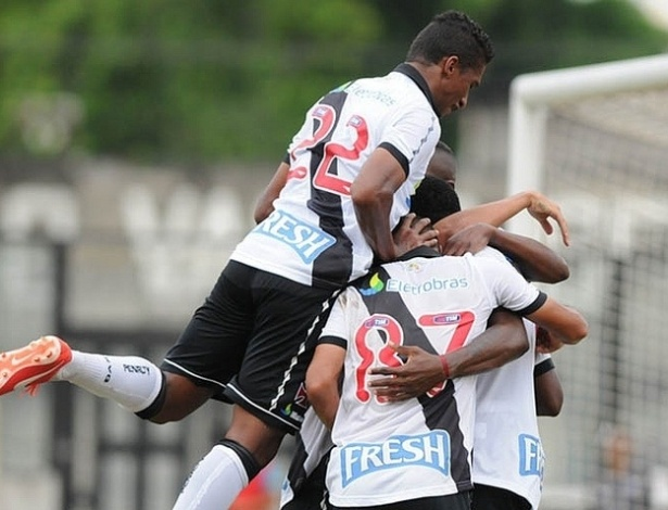 13.04.2013 - Jogadores se abraam para comemorar gol do Vasco contra o Quissam, pelo Campeonato Carioca