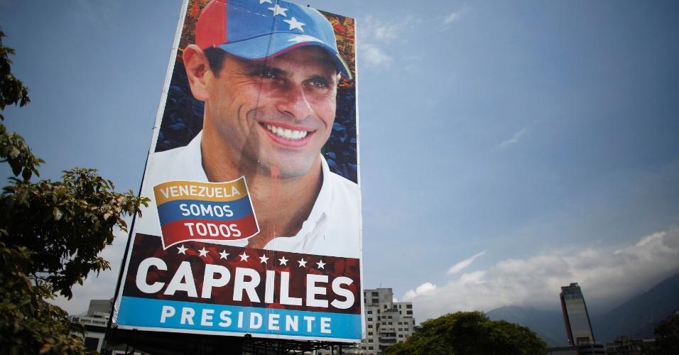 13.abr.2013 - Cartaz de campanha de Henrique Carpriles, candidato à presidência da Venezuela, é exibido em rua de Caracas, capital do país. O país sul-americano realizará um pleito neste domingo (14) para definir quem sucederá Hugo Chávez, morto no início de março