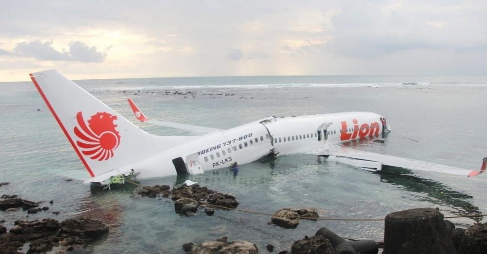 13.abr.2013 - Avião cai no mar durante um pouso mal-sucedido no aeroporto internacional da Bali, na Indonésia. Os 130 passageiros a bordo sobreviveram
