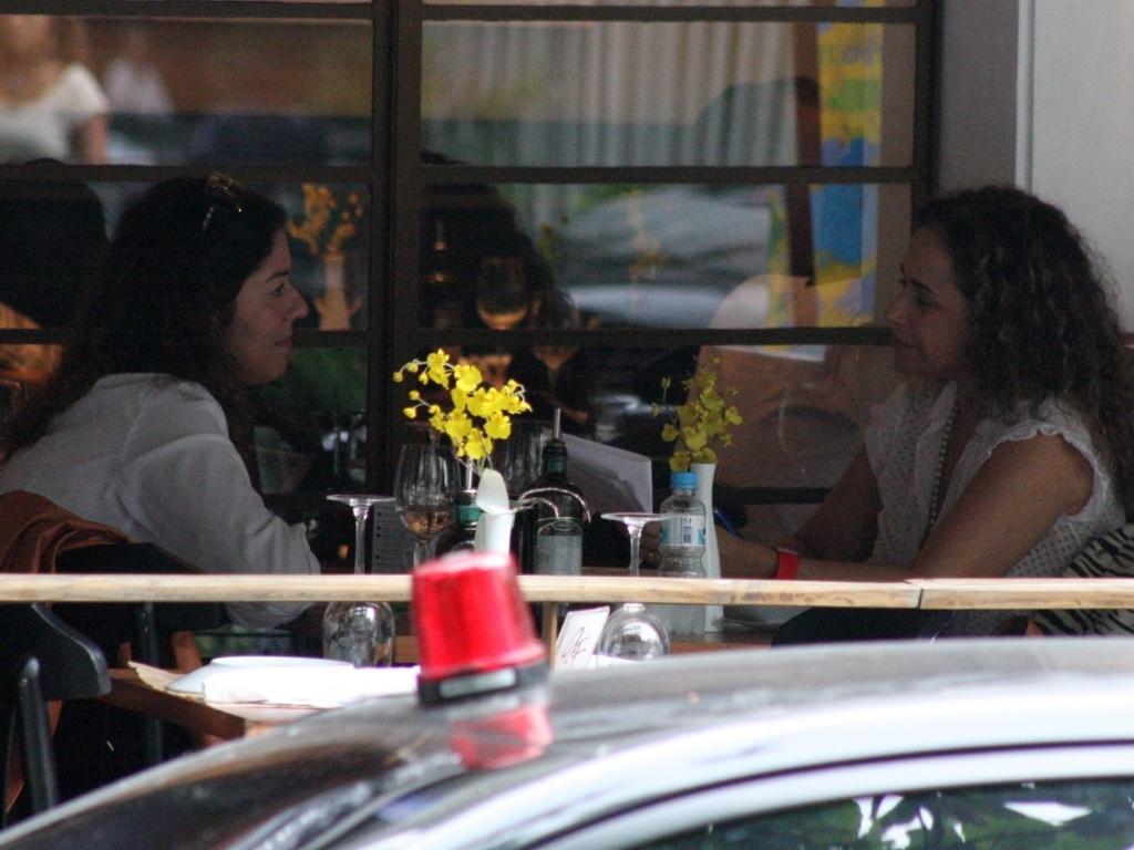 13.abr.2013 - Daniela Mercury almoça com a mulher em Ipanema, no Rio de Janeiro