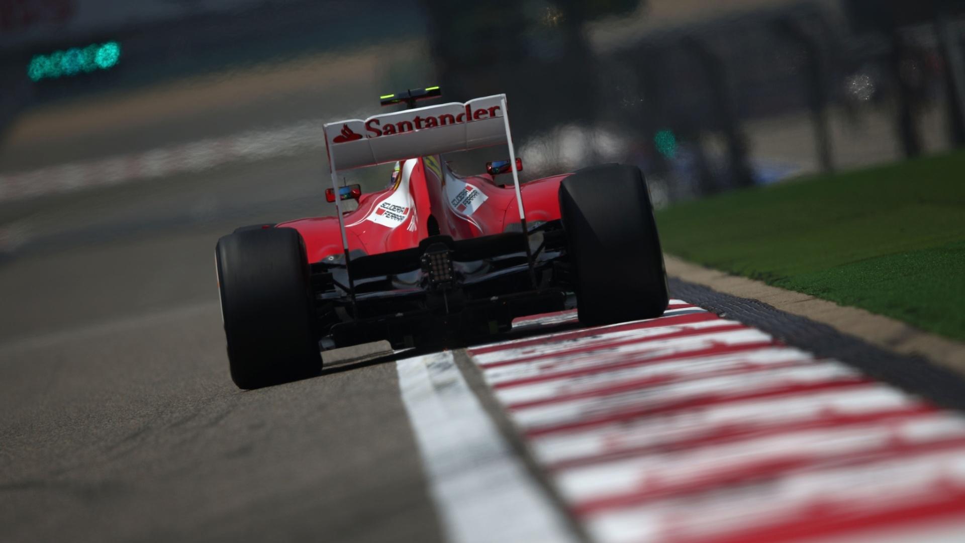 13.abr.2013 - Felipe Massa pilota sua Ferrari pelo circuito de Xangai durante treino de classificação para o GP da China
