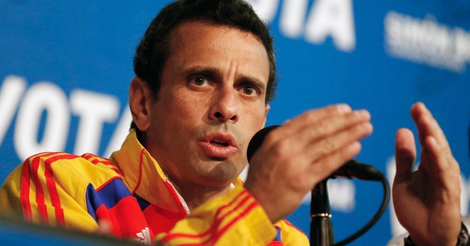 13.abr.2013 - Henrique Capriles, líder da oposição e candidato à presidência da Venezuela, participa de coletiva de imprensa realizada na cidade de Caracas. Segundo pesquisas de opinião para o pleito que será realizado neste domingo (14), Nicolas Maduro, candidato da situação, leva pequena vantagem sobre Capriles