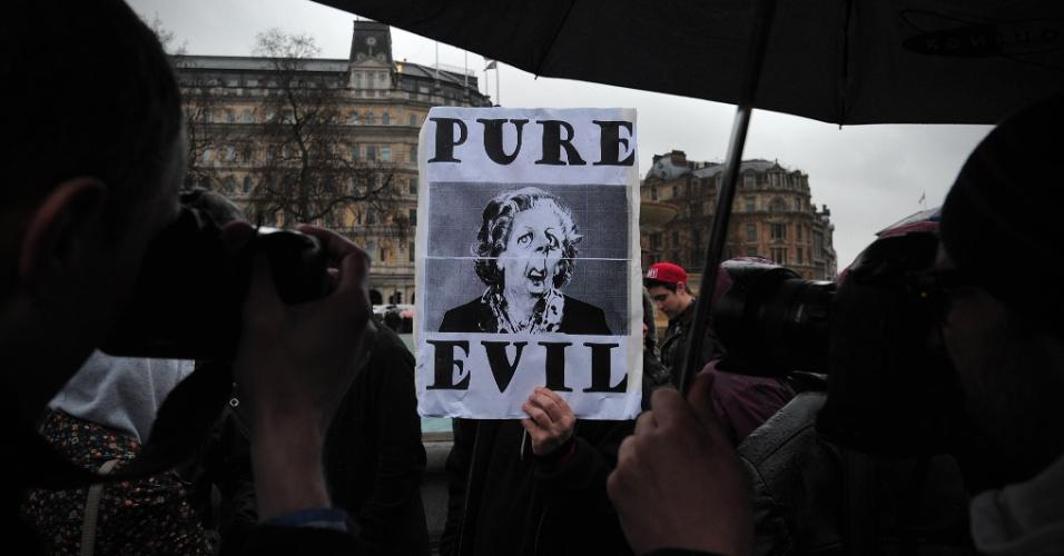 13.abr.2013 - Homem segura cartaz com foto de Margaret Thatcher, ex-primeira ministra britânica, com a mensagem