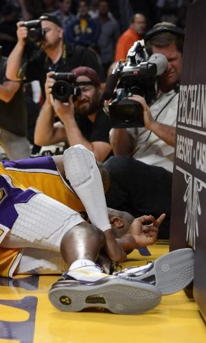 13.abr.2013 - Kobe Bryant fica caído na quadra após sentir lesão no tornozelo durante jogo contra o Sacramento Kings
