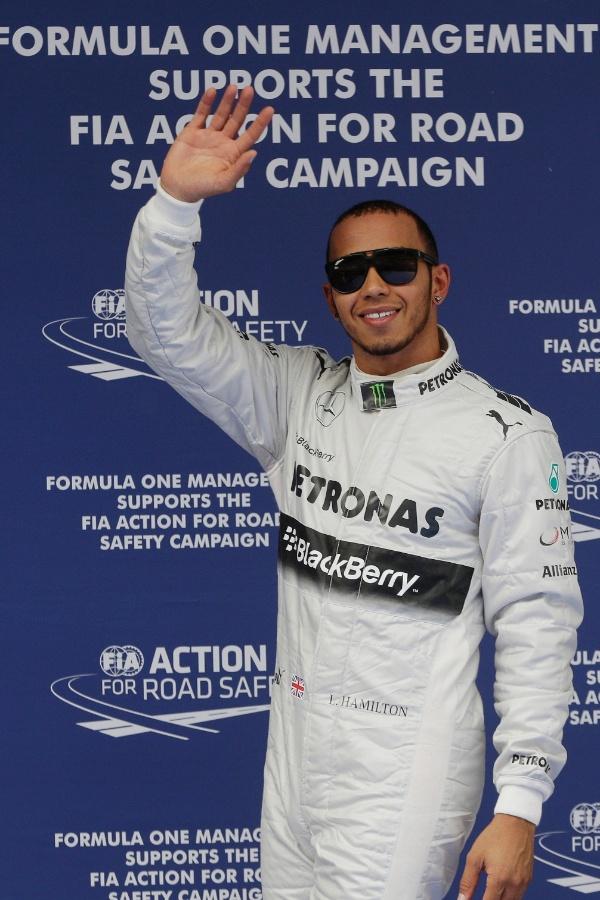 13.abr.2013 - Lewis Hamilton acena para o público após conquistar a pole position no GP da China