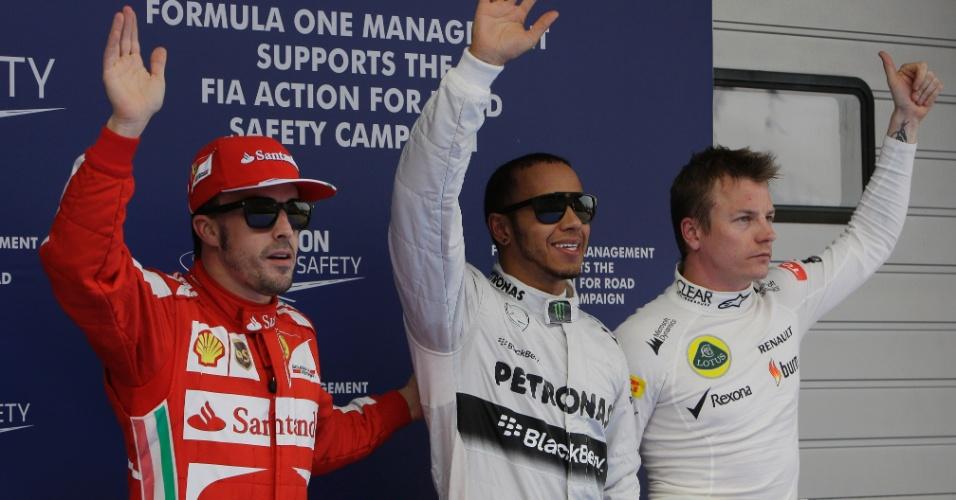 13.abr.2013 - Lewis Hamilton (c), pole na China, acena para o público ao lado de Alonso e Räikkönen