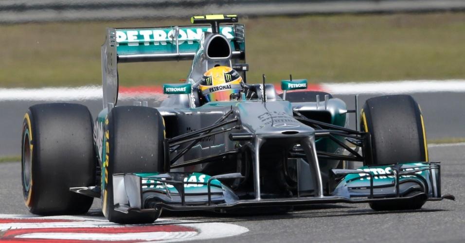 13.abr.2013 - Lewis Hamilton contorna uma das curvas do circuito de Xangai durante o treino de classificação para o GP da China