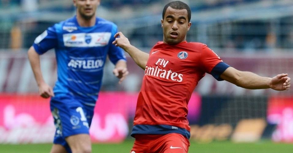 13.abr.2013 - Lucas, atacante do PSG, controla a bola na partida contra o Troyes, pelo Campeonato Francês