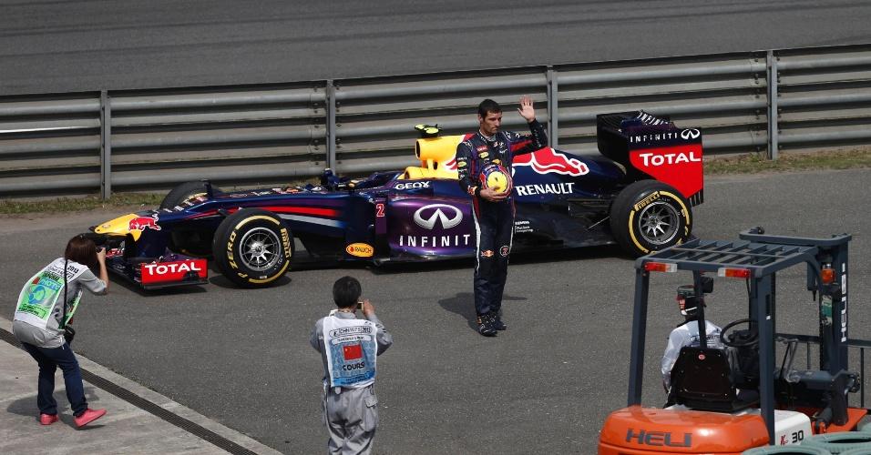 13.abr.2013 - Mark Webber acena após parar sua Red Bull durante o Q2 após problemas em seu carro