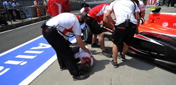 Max Chilton atropela mecânico da Marussia nos boxes durante o treino de classificação para o GP da China