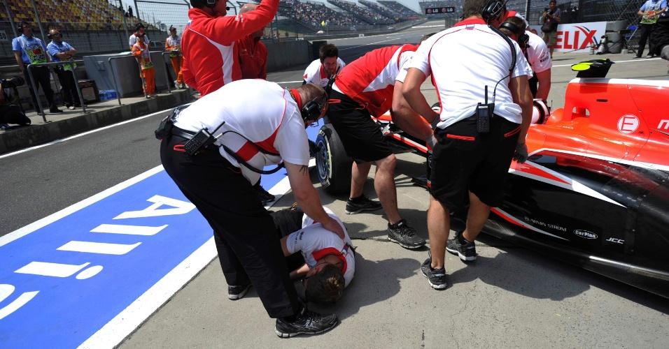 13.abr.2013 - Max Chilton atropela mecânico da Marussia nos boxes durante o treino de classificação para o GP da China
