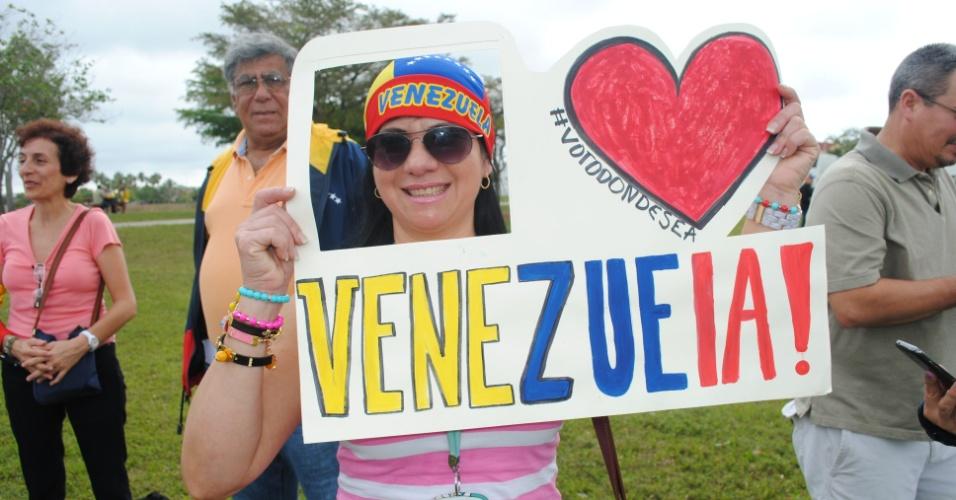 13.abr.2013 - Milhares de venezuelanos, que moram na região de Miami (Estados Unidos), partem para a região de Nova Orleans (Louisiana) em ônibus, aviões e automóveis particulares para poderem votar para as eleições presidenciais deste domingo (14) da Venezuela