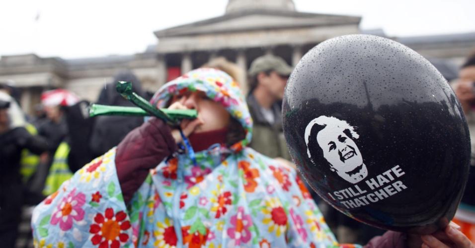 13.abr.2013 - Mulher segura balão com a mensagem