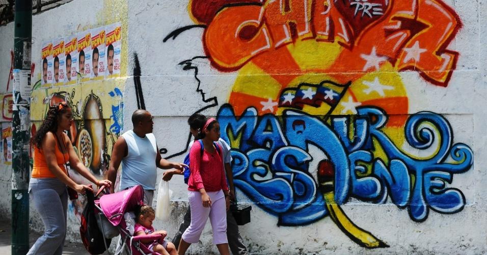 13.abr.2013 - Mural na cidade de Caracas, capital da Venzuela, exibe grafite que promove candidatura de Nicolas Maduro, candidato à presidência do país. Neste domingo (14), o povo venezuelano decidirá entre Maduro, indicado pelo ex-presidente Hugo Chávez, e Henrique Capriles, candidato da oposição