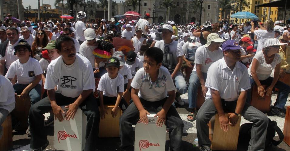 13.abr.2013 - No Festival Internacional de Cajón, quase 1.500 de peruanos se reuniram para tocar o instrumento de percussão na Praça Maior, no centro de Lima, capital do país. O objetivo dos organizadores da batucada é bater o recorde mundial de ter o maior número de tocadores de cajón do mundo