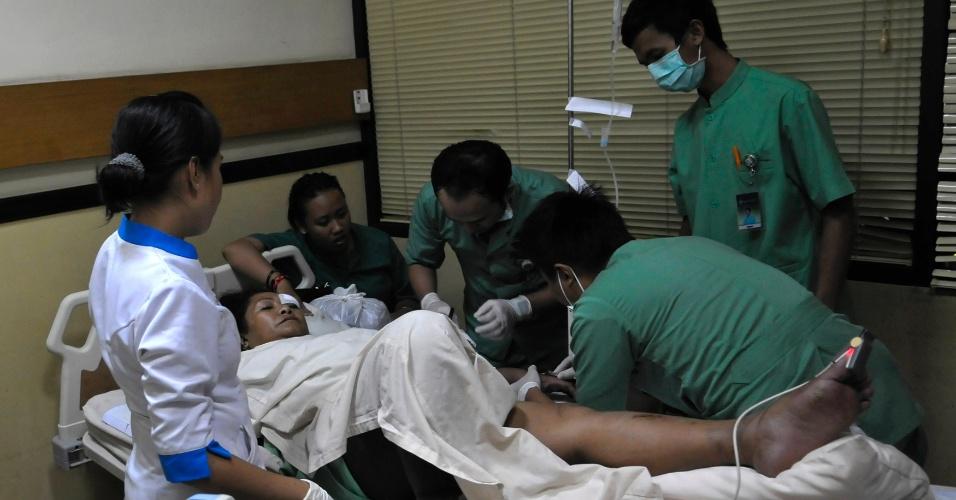 13.abr.2013 - Paciente do avião da Lion Air recebe tratamento médico no hospital Kasi Ibu perto de Denpasar, capital da província de Bali, na Indonésia.  Todos os 108 passageiros a bordo do avião sobreviveram ao acidente