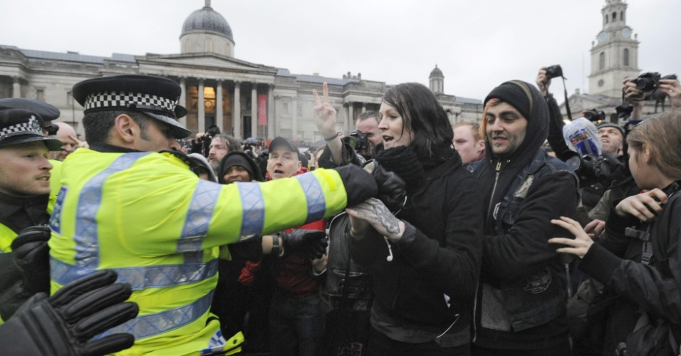 13.abr.2013 - Polícia britânica entra em conflito com manifestantes na praça Trafalgar em Londres, Reino Unido. Centenas de pessoas se reuniram no local para celebrar a morte de Margaret Thatcher, ex-primeira ministra britânica, que morreu no dia 8 de abril aos 87 anos