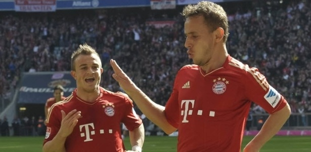 13.abr.2013 - Rafinha faz dancinha bizarra aps marcar na vitria do Bayern de Munique por 4 a 0 sobre o Nuremberg, pelo Campeonato Italiano
