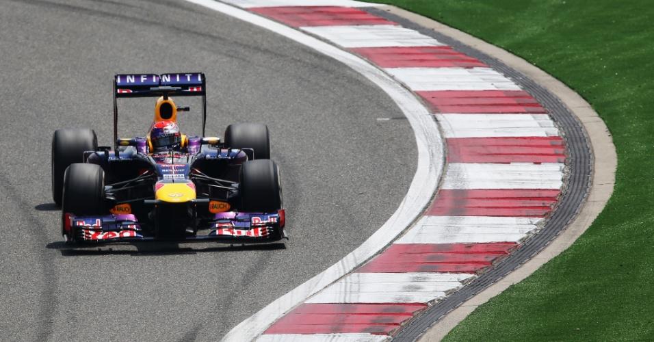 13.abr.2013 - Sebastian Vettel acelera sua Red Bull pelo circuito de Xangai durante o treino de classificação para o GP da China