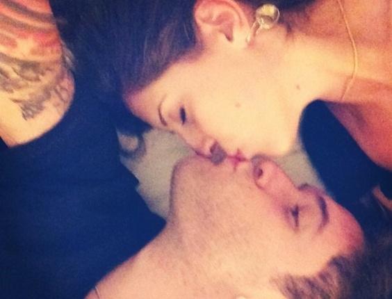 13.abril.2013 - Andressa e Nasser se beijam em comemoração ao Dia Mundial do Beijo