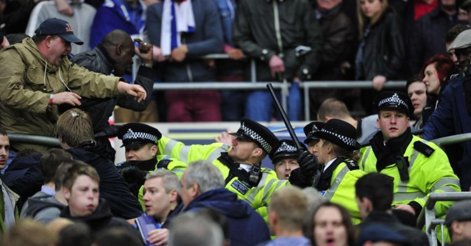 13.abril.2013 - Polícia briga com torcedores do Milwall na Inglaterra
