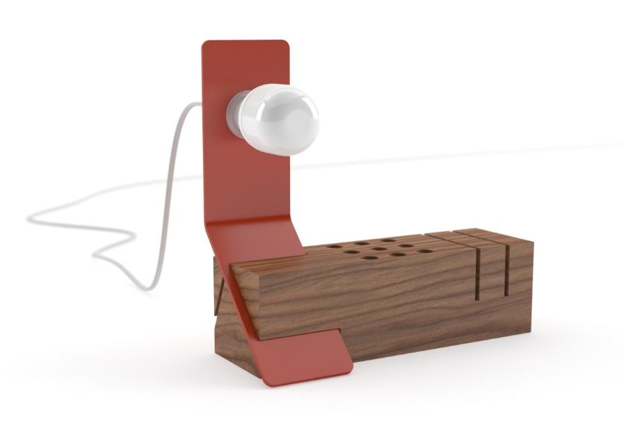 A luminária de mesa Edi, criada por Tommaso Bistacchi para a Valsecchi, é estruturada por um bloco de madeira que permite - através de frestas entalhadas - diversos posicionamentos da placa de metal que apoia a lâmpada