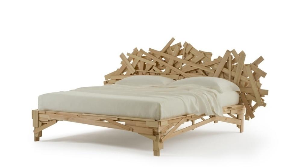 http://imguol.com/2013/04/13/em-1991-os-irmaos-campana-criaram-a-cadeira-favela-com-estrutura-feita-de-pequenos-pedacos-de-madeira-em-2013-a-ideia-foi-transferida-para-a-cama-homonima-produzida-pela-edra-1365866937139_956x556.jpg