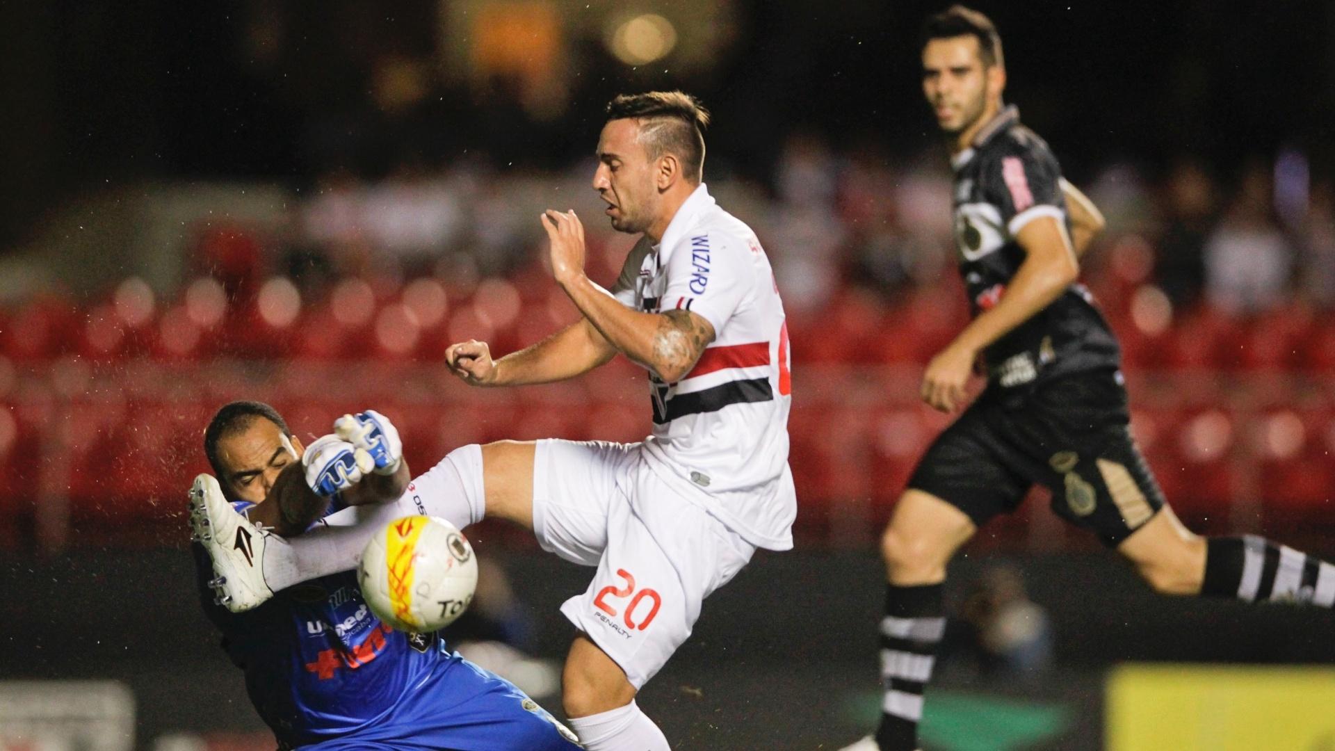 Marcelo Cañete, meia do São Paulo, se choca com o goleiro Bruno Fuso, do XV de Piracicaba, durante partida no Morumbi
