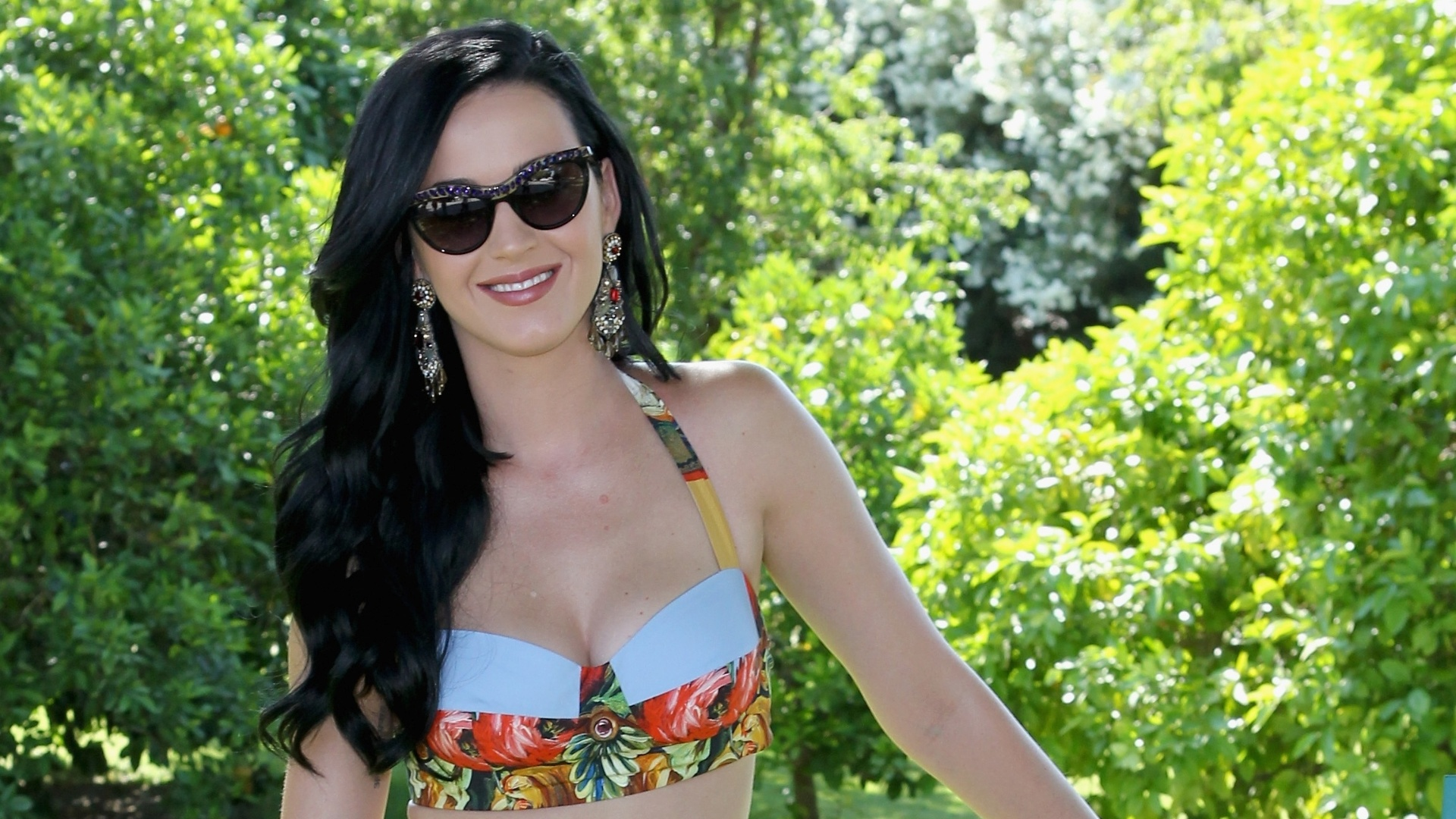13.abr. 2013 - Katy Perry confere evento durante o Coachella Valley Music & Arts Festival no Empire Polo Field na cidade de Indio, na Califórnia