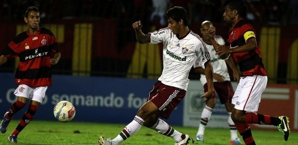 14.04.2013 - Atacante Michael, do Fluminense, tenta se livrar da marcao do lateral Lo Moura