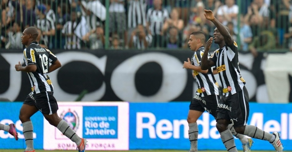 14.04.2013 - Seedorf (direita) comemora gol do Botafogo contra o Nova Iguau, pelo Campeonato Carioca