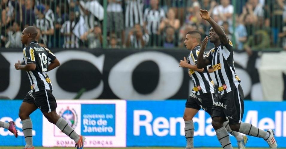 14.04.2013 - Seedorf (direita) comemora gol do Botafogo contra o Nova Iguaçu, pelo Campeonato Carioca