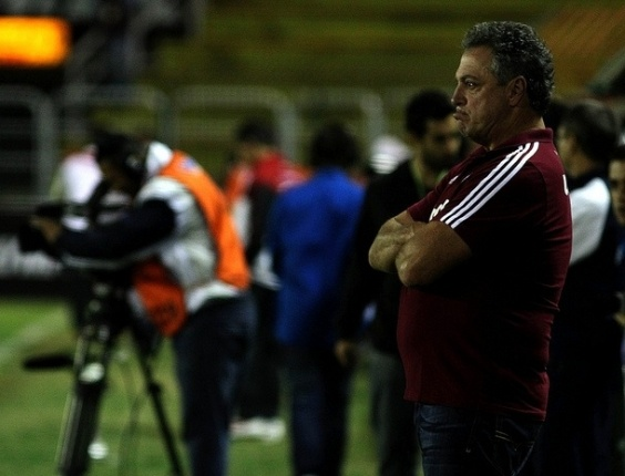 14.04.2013 - Tcnico Abel Braga faz bico ao ver o Fluminense atrs do placar no clssico contra o Flamengo