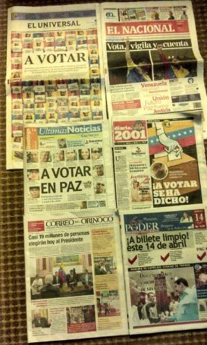 """14.abr.2013 - 14.abr.2013 - Como não poderia deixar de ser, todos os principais diários venezuelanos trouxeram a eleição deste domingo (14) como manchete. A maioria dos jornais, como o """"El Universal"""" e o """"Últimas Notícias"""", pedem aos eleitores que votem em paz. A preocupação com a violência é muito grande em todo o país"""