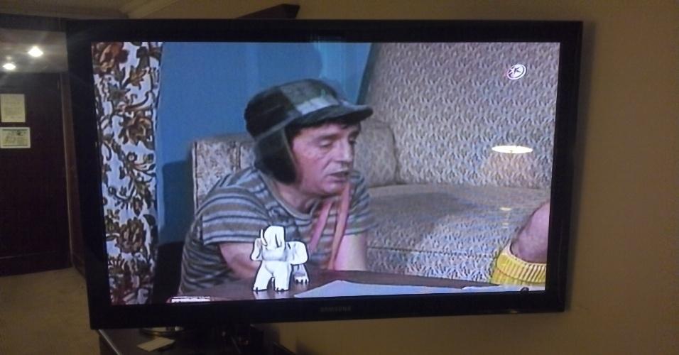 14.abr.2013 - A figura do ex-presidente Hugo Chávez é quase onipresente na TV venezuelana. No entanto, nesta manhã de domingo (14), os canais do país estão tão concentrados na cobertura eleitoral que Chávez quase não aparece. No entanto, Chaves, o seriado mexicano, está disponível em quase todas as operadoras de TV paga do país. Se Chávez não é unanimidade, Chaves, na Venezuela, parece agradar a chavistas e opositores