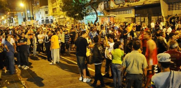 Chavistas e opositores entram em conflito em frente a um centro de votação em Caracas neste domingo (14)