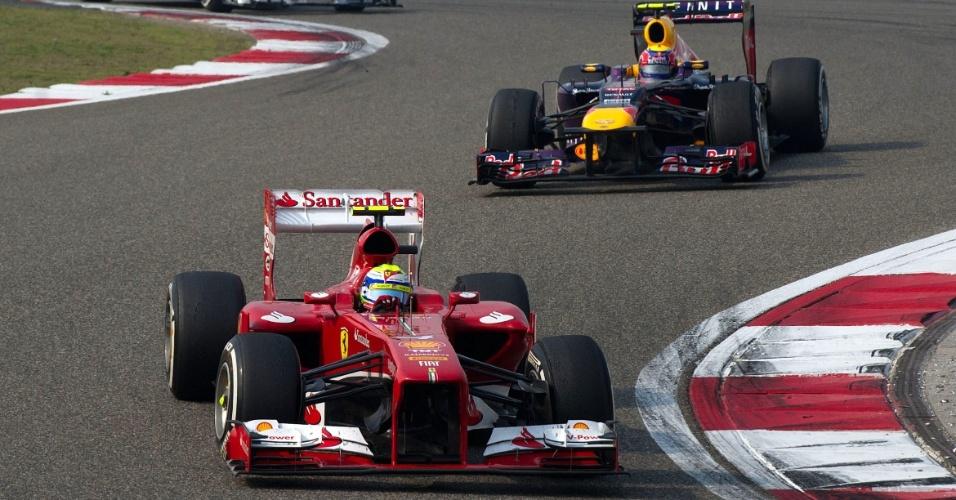 14.abr.2013 - Felipe Massa tenta abrir vantagem para Mark Webber durante o GP da China